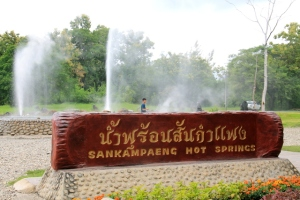 Thaimaalaisia tuntevat voivat tietää, että he tietenkin kuvauttavat itsensä jokaisen kohteen kyltin edessä.