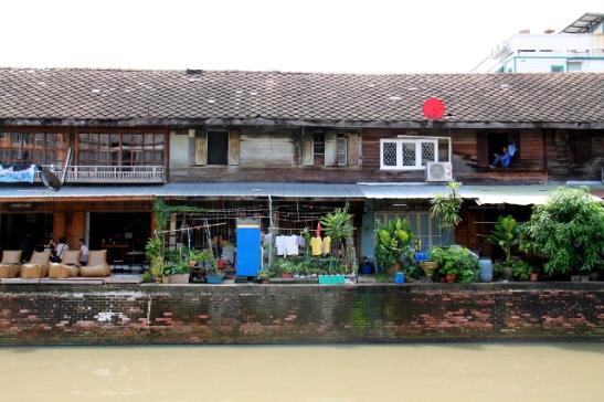Lähellä Phra Sumen Roadin takana on kanava, jonka varrella on vanhoja puutaloja.