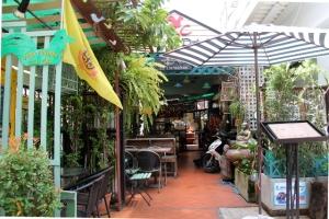KC House sisäänkäynti ja ravintola 7-Elevenin vieressä.