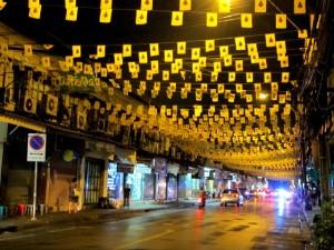 Keltainen oli kuninkaan väri, koska hän oli syntynyt maanantaina, joka on keltaisen värin päivä. Thaimaassa kaikilla viikonpäivillä on onnenvärinsä.