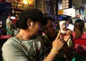 Pari Leon juojaa uutena vuotena Khao Sanilla.