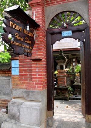Tällaisia homestay-paikkoja löytyy Ubudin keskustasta paljon. Heti portin edessä on ganeshapatsas. Suku asuu samalla pihalla kuin missä on huoneita turisteille.
