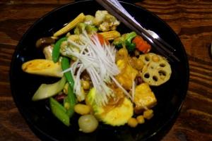 Mangon erikoinen pad thai isoilla freeseillä vihanneksilla, mutta riisinuudelit maistuivat kyllä ihan perinteiseltä.