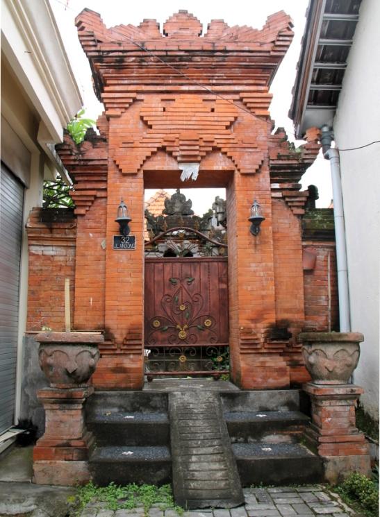 Tässä on portti jätetty ihan vain punatiiliseksi. Ei ole niin hieno. Huomaa portaissa on ramppi mopoille ja kärryille.