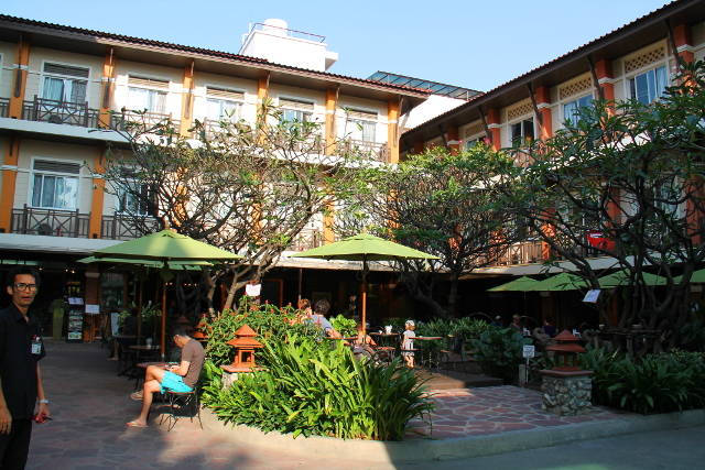 Rambuttri Village Hotelin piha.