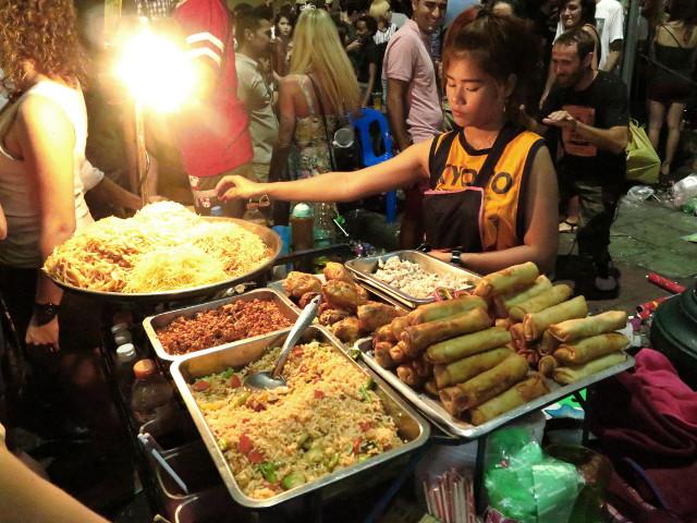 Khao Sanilta saa nopeaa mättöruokaa. Itse tosin tykkään istua ravintoloissa, mutta voisi kai näitä ruokia viedä huoneeseensa ja syödä vaikka partsilla, jos majapaikassa sattuisi semmoinen olemaan.