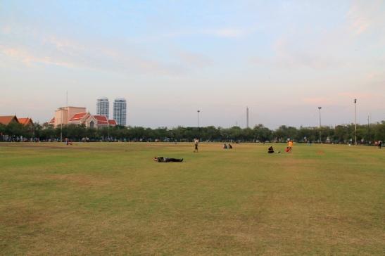 Sanam Luang -puistoon kävelee kymmenessä minuutissa.