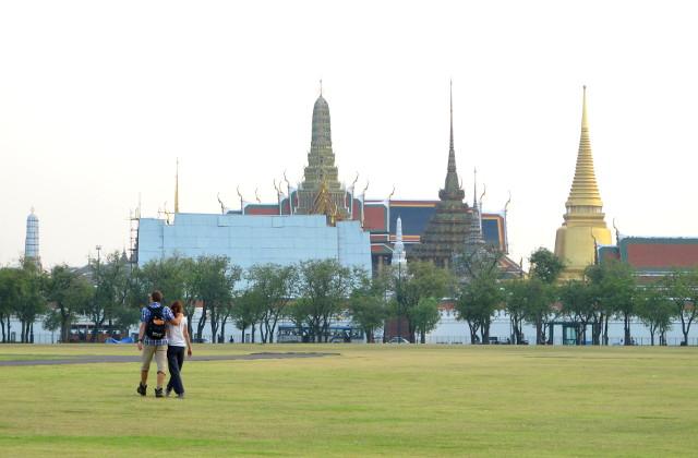Smaragdibuddhan temppeli Sanam Luang -puiston takana.