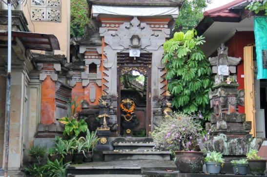 Tyypillinen perinteisen balilaisen kodin portti. Suoraan aukon edessä nakottaa Ganesha. Ulkopuolella porttia vartioi patsaat.