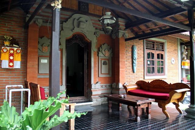 Meidän huoneen terassi. Ubudin majapaikoissa tuodaan aamiainen terassille, kun asukkaat tulevat aamulla ulos. Me emme kylläkään ottaneet sitä kertaakaan nyt kun halusimme syödä parempaa ruokaa muualla eikä jotain paahtoleipää.
