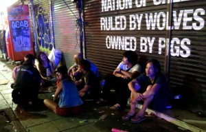 Harvinaisuus Thaimaassa: punk-henkisiä nuoria.