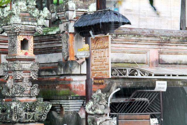 Balilla taitaa sataa paljon, vaikkei olisi sadeaika. Joka päivä satoi.