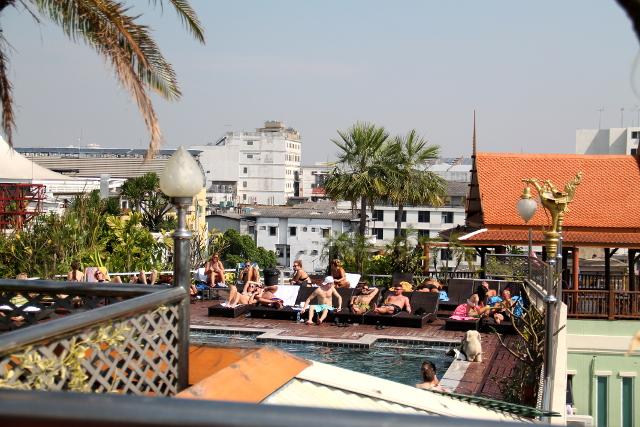 Hotellin uima-allas Khao Sanin alueella.
