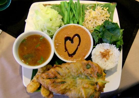 Edullisesta päästä olevan Veggie-table -kasvisravintolan gado-gado -annos.