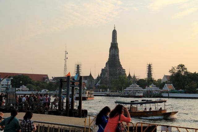 Wat Arunillekin voi kulkea kävellen, mutta se on vähän kauempana kuin Grand Palace ja Wat Pho.