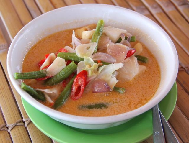 Cha cha on yksi rantaravintoloista itärannalla, ihan sataman vieressä. Tässä heidän olah-olah eli indonesialainen kasviscurry.