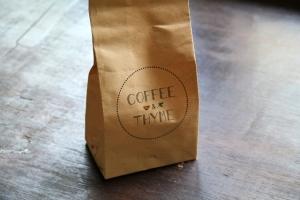 Oceans 5:n yhteydessä olevasta Coffee and Thymestä sai vegaanisia kuivakakkuja. Se on yksi saaren tyylikkäistä ja kalliista kahviloista.