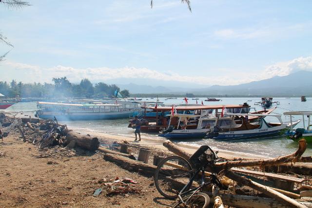 Varsinaisesta satamasta itään päin on haiseva satama. Jostain syystä tuolla rannan pätkällä haisi ja oli rötäistä.