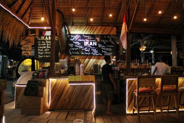 Ikan-ravintola sijaitsee rannalla.