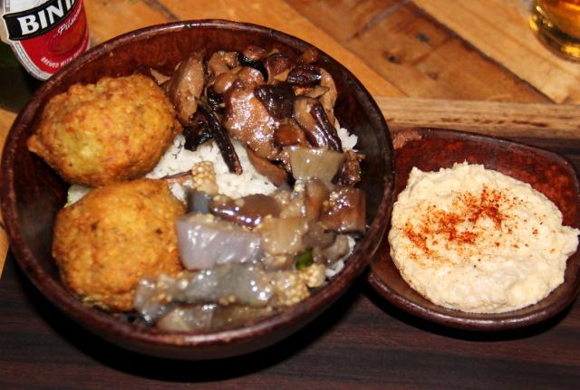 Ikanissa oli saatavilla vähän kalliimpi kulholllinen, jossa sain riisin päällä pari falafelia, paistettua siitaketta, munakoisoa ja hummusta. Oli mukava saada vaihteeksi tuommoista ruokaa.