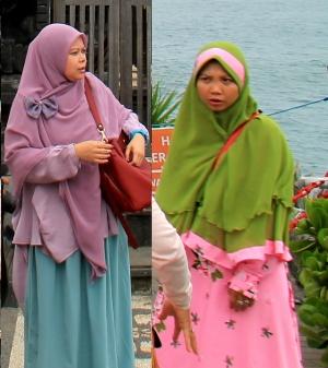 Monet indonesialaisnaiset käyttävät hijabia.