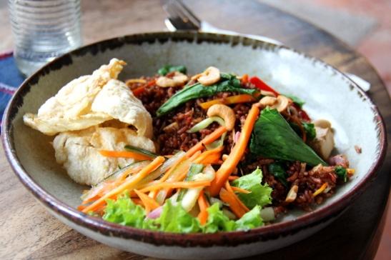 Nasi goreng eli indonesialainen annos paistettua riisiä.