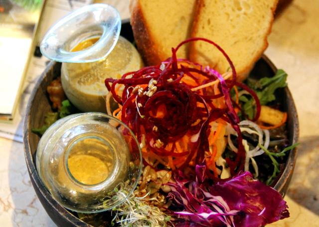 Kafen Meg´s Big Salad Bowl maksoi 59,000 ja tilasin siihen vielä tahinikastikkeen tuplana, koska yleensä salaatinkastiketta tulee aina liian vähän.