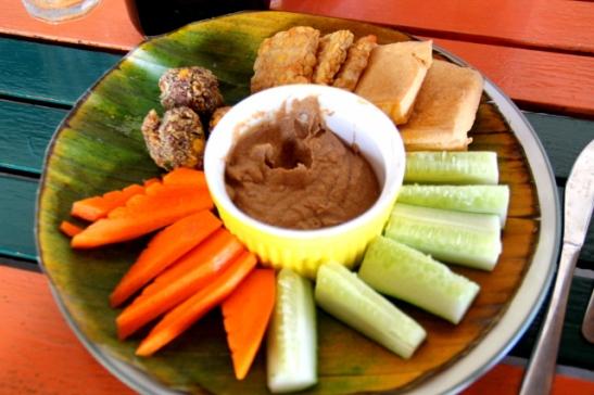 Bale Sampanin vihannestikkuja, tofua ja tempeä maapähkinätahnan kanssa.
