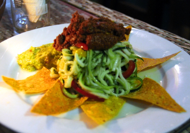 The Mexican Kitchenin kesäkurpitsaspagetti. Pitääkin tehdä tuota itsekin, tehdä raa´asta kesäkurpitsasta pitkiä suikeloita ja maustaa ne hyvin.