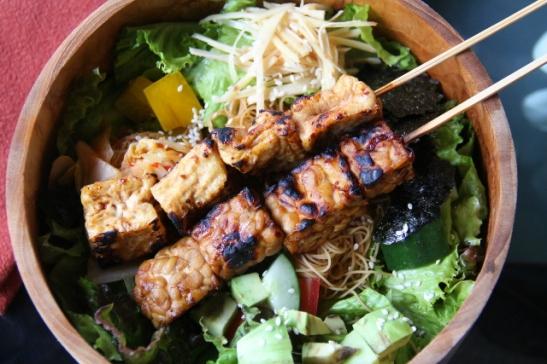Asian bowl -annos tofu- ja tempevartaiden kanssa.