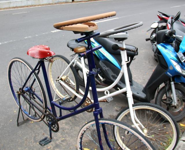 Ratillisia polkupyöriä. Keskustelimme, että oliko nämä juttu, jota olen joskus kaivannut. Mutta taisi olla niin päin, että haluaisin autoon samanlaisen ohjastangon kuin skootteerissa on.