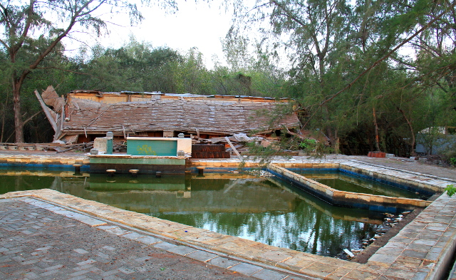 Saaren länsirannalla kummastuttaa romahtanut ja autioitunut resortti. Se kuulemma meni konkurssiin Balin pommi-iskujen jälkeen. Tässä on limettynyt uima-allas baareineen.
