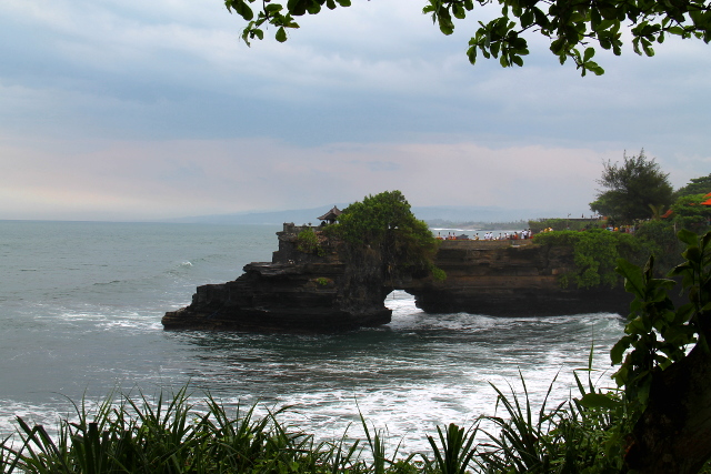 Batu Bolong sijaitsee niemellä, jossa kalliossa on reikä.