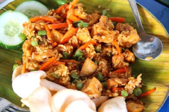 Paistettua riisiä eli nasi gorengia tofulla Bale Sampanissa.