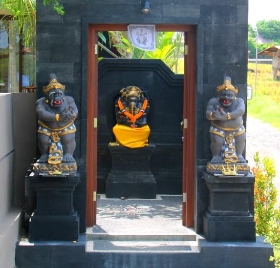 Balin perinteiset sisäänkäynnit ovat tällaisia: sivuilla on vartioivat patsaat ja ensimmäiseksi sisällä on Ganesha.