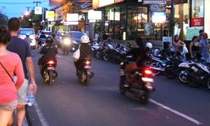 Tämäkin tie Ubudissa on olevinaan kaksisuuntainen ja laidalle on parkkeerattu mopoja. Myös kaupunkien ulkopuolella kulkevat tiet ovat kapeita.