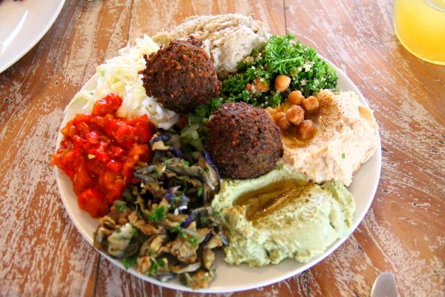 Zulan välimerenlautanen. Ylhäältä kellonsuuntaisesti: babaganoush-munakoisotahnaa, persiljaista taboulleh-salaattia, hummusta, avokadotahnaa, friteerattuja munakoisoja, paprikahhhakkelusta, maustettua kaalia ja keskellä falafelia.