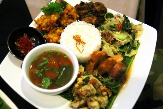 Veggietablen nasi campur -annos. Nasi campur on samanhenkinen kuin intialainen thali, eli annoksessa pääsee maistelemaan monia ruokia.
