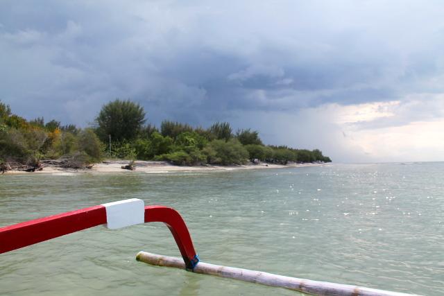 Matkalla sukeltamaan. Sukelluspaikkoihin on vain lyhyet venematkat, jotka taitetaan veneillä ja joka sukelluksen välissä tullaan takaisin rantaan.