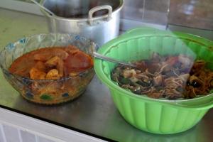 Muramilla on rantakadulle päin tyypillisen indonesialaisen warung-ravintolan vitriini valmisruokineen. Me tilasimme ruokaa kuitenkin listalta.