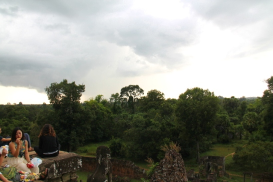 Preah Khanille tuli monia ihmisiä seuraamaan auringonlaskua, mutta edessä oli sadepilvet.