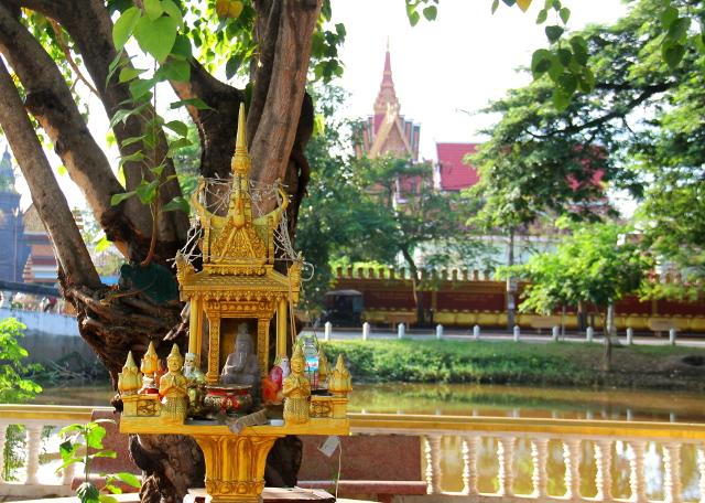 Henkien talo Siem Reapissa, eli samaa animismin ja buddhalaisuuden sekoitusta siellä, kuten Thaimaassakin.