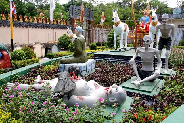 Siem Reapin keskustan emppelialueella oli aika raisuja patsaita. Ihan kuin mitä olemme nähneet Thaimaan Phang Ngassa.