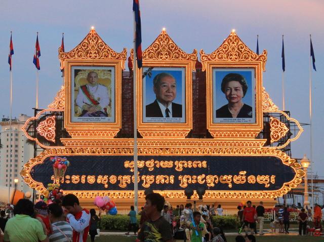 Kambodzan kuninkaalliset. Vasemmalla nykyinen kuningas, keskellä edesmennyt kuningas ja oikealla kuninkaan äiti.