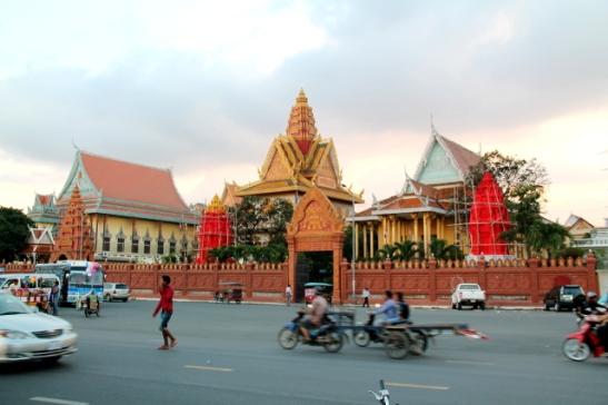 Liikennettä kuninkaanpalatsin edessä.