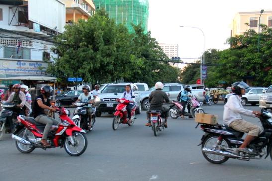 Aluksi luulin että Phnom Penhissä olisi iisi liikkua itsekin mopolla, mutta jotkut isot risteykset näyttivät ikävän sekavilta.