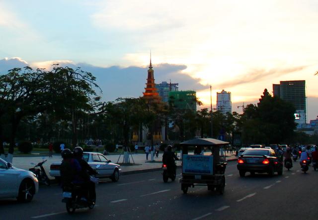 Liikennettä Phnom Penhissä.