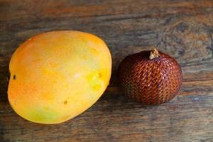 Indonesiassa on tietysti myös mahtavia hedelmiä. Tässä mango ja salak.