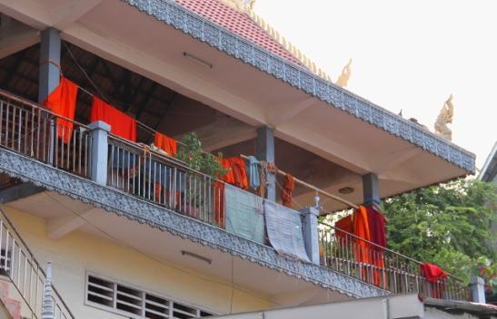 Munkkien kaapuja roikkumassa. Punakhmerit tappoivat melkein kaikki maan buddhalaismunkit 70-luvun lopussa.