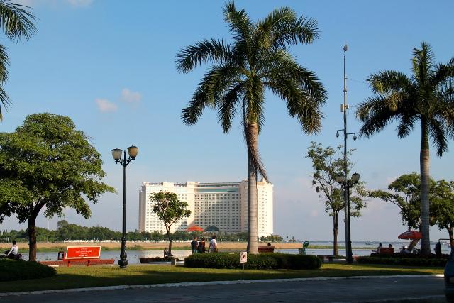 Rantabulevardi ja vastarannalla Sokha-hotelli, jonka sanotaan pilaavan kuninkaanpalatsin feng shuin.